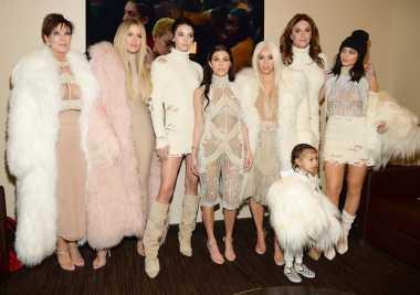 Serbaputih, Gaya Kardashian & Jenner di Show Kanye West