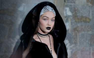 Gaya Gothic Gigi Hadid Mencuri Perhatian