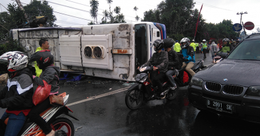 Dua Orang Tewas Akibat Kecelakaan Beruntun di Puncak