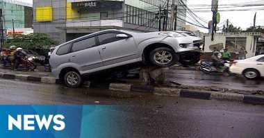 Kecelakaan Tunggal, Avanza Menancap di Pembatas Jalan Fatmawati