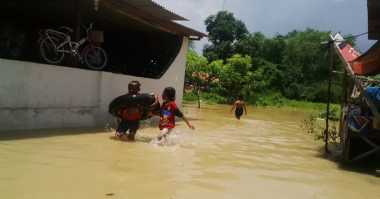 Ogah Terisolir, Korban Banjir Bangka Tengah Bangun Jembatan Darurat