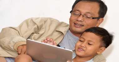 Jangan Jadi Orangtua Seperti Ini saat Berselancar di Medsos