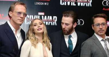 TOP GOSSIP #7: Chris Evan Ketahuan Intip Dada Elizabeth Olsen