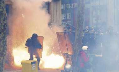 24 Polisi Terluka, Seorang Kritis Akibat Bentrokan Demo Buruh
