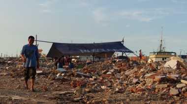 Warga Pasar Ikan Kembali Bangun Rumah Ibadah di Tengah-Tengah Puing