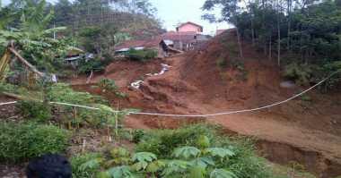 Pencarian Korban Longsor di Lebong Terkendala Batu Besar dan Hujan