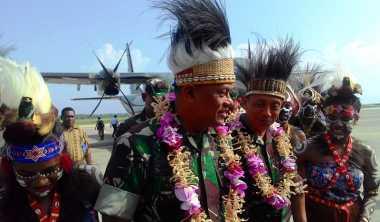 Disambut Tarian Papua, Panglima TNI Tinjau Dermaga Lantamal Sorong