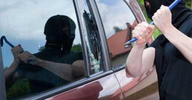 Pecahkan Kaca Mobil Polisi, Pencuri Sikat Pakaian Dinas