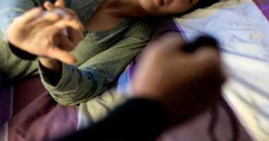 Pergoki SMS Selingkuh, Istri Malah Dihajar Suami