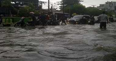 Terobos Banjir Selutut, Puluhan Kendaraan Mogok di Serang
