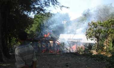 Rumah Adat Raja Ambenu Terbakar