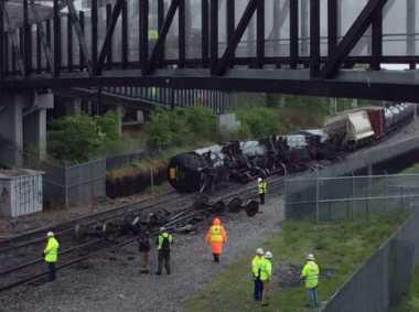 Anjlok, Kereta Kargo Tumpahkan Material Berbahaya