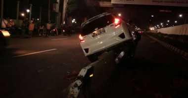 Honda Jazz Tabrak Pembatas Jalan di Depan Gedung DPR