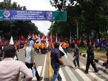 Massa Buruh Mulai Menuju GBK Usai Geruduk Istana