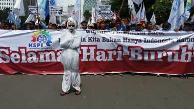 "Hari Buruh, Kantor Jokowi Diteror ""Pocong"""