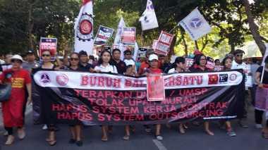 Aksi Buruh di Bali Diiringi Musik Bale Ganjur