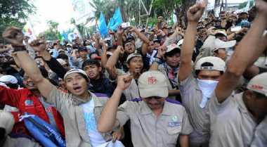 Paksa Tutup Jalan, Buruh dan Polisi Nyaris Adu Jotos