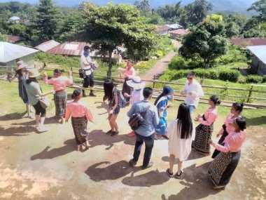 Turis Malaysia Antusias Injak Tanah Air