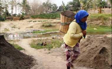 Istiani, Pengangkut Pasir yang Tak Pernah Berpikir soal Hari Buruh