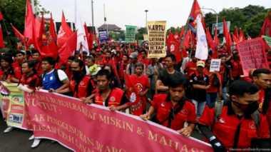 Aksi Pungut Sampah Warnai Demo Buruh di Malang