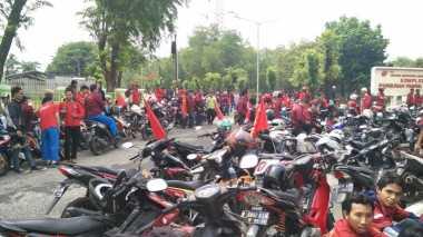 Massa Buruh Blokir Jalan di Indramayu