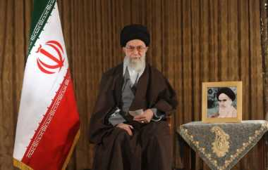 Khamenei: Amerika, Kembalilah ke Teluk Babi!