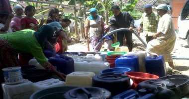 Kesulitan Air Bersih, Warga Mengantre Sejak Dini Hari