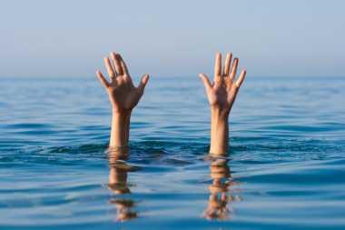 Diterjang Hujan Badai, Perahu Pemancing Terbalik