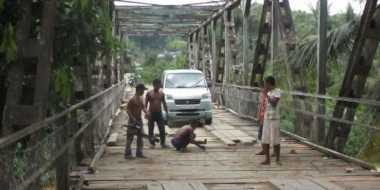 Jembatan Rusak, Puluhan Warga Terperosok ke Sungai