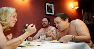 Sensasi Makan Bakso Tanpa Busana di Restoran Ini