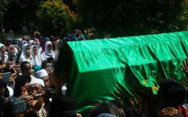 Pelayat Histeris Sambut Kedatangan Jenazah Tutty Alawiyah