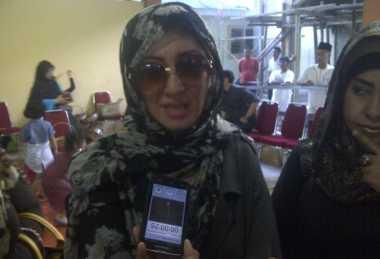 Tutty Alawiyah Ajarkan Zarima Mengaji