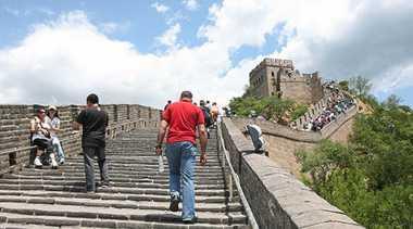 Turis Ini Terjatuh dari Tembok Raksasa Tiongkok