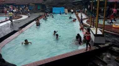 Ratusan Pengunjung Padati Wisata Air Siwarak di Semarang