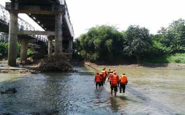 Duda yang Terjun ke Sungai Bengawan Solo Belum Ditemukan
