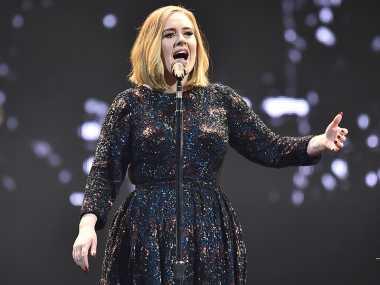 Adele Bantu Sepasang Kekasih Bertunangan di Konsernya