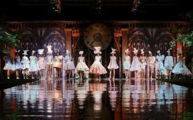 "Inspirasi Gaun Mewah dari Dongeng ""Alice in Wonderland"""