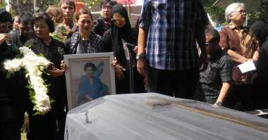 Indah Kalalo Tegar Hantar Jenazah Ibu ke Pemakaman