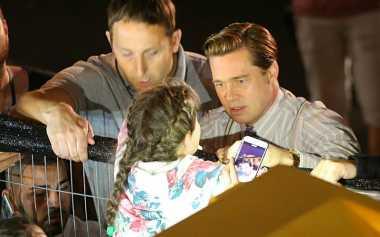 TOP GOSSIP #9: Brad Pitt Menolong Gadis Kecil yang Terjepit Kerumunan
