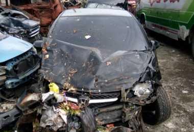 Lihat Sosok Bayangan, Mobil Tabrak Truk di Tol Jagorawi