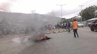Tolak Eksekusi Tanah, Warga Sentani Blokir Jalan dan Bakar Ban