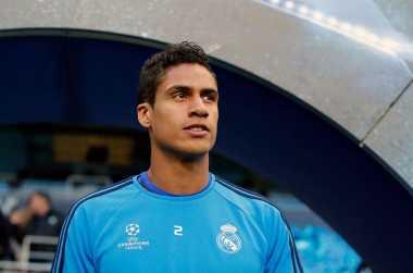 Real Madrid Tolak Tawaran Setan Merah untuk Raphael Varane