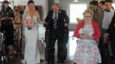 """Manusia Setengah Robot"" Iringi Pernikahan Putrinya"