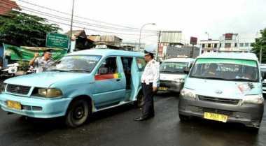 Demo Sopir Angkot Blokade Jalan di Tebet Dibubarkan Petugas