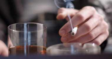 Ini Alasan Peminum Alkohol Sulit Berhenti Merokok