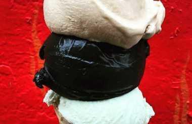 Es Krim Hitam dari Arang Batok Kelapa Jadi Primadona Baru Foodies
