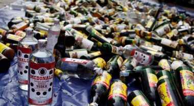 1.080 Botol Miras Dimusnahkan dengan Dibuang ke Selokan