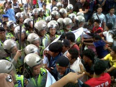 Tuntut Novel Baswedan Diadili, Massa Bentrok dengan Polisi