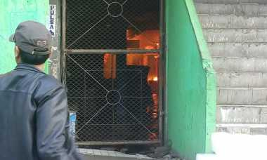 Api Belum Dapat Dijinakkan, Pedagang Pasrah Lapaknya Terbakar