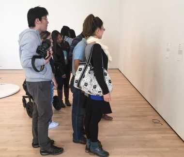 Pengunjung Museum Seni Terkecoh Sebuah Kacamata